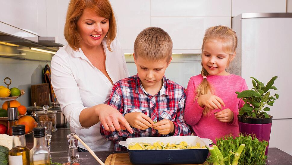 kids_cooking_with_their_mom