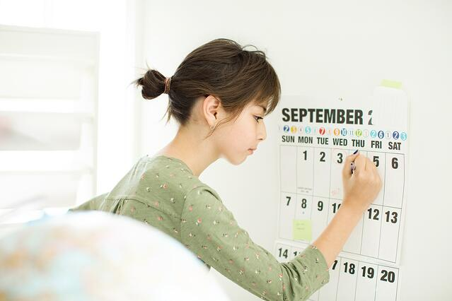 girl_filling_out_calendar