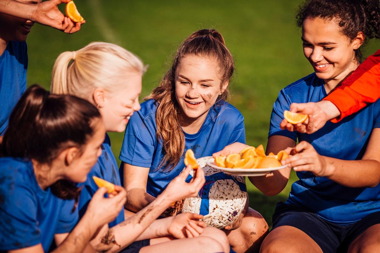 soccer_team_enjoying_snack_of_orange_slices