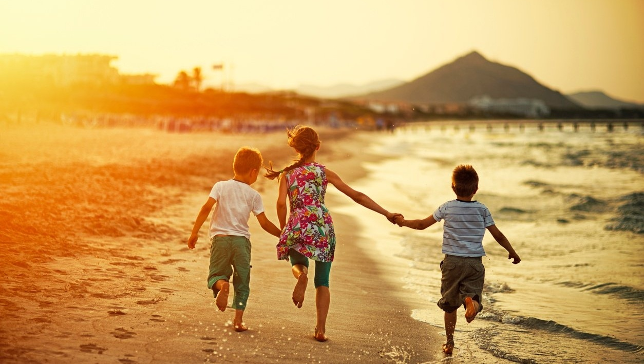 kids_running_on_the_beach