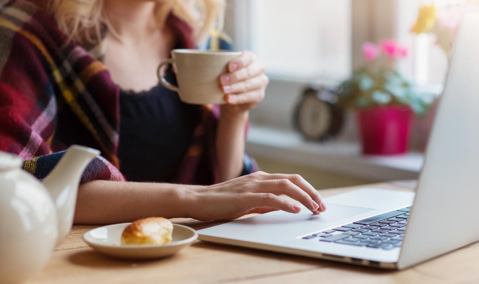woman_sitting_at_computer.jpg
