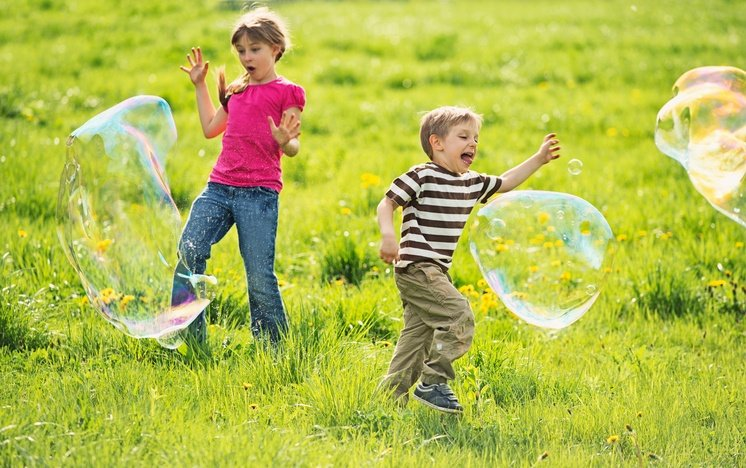 kids_playing_with_large_bubbles.jpg