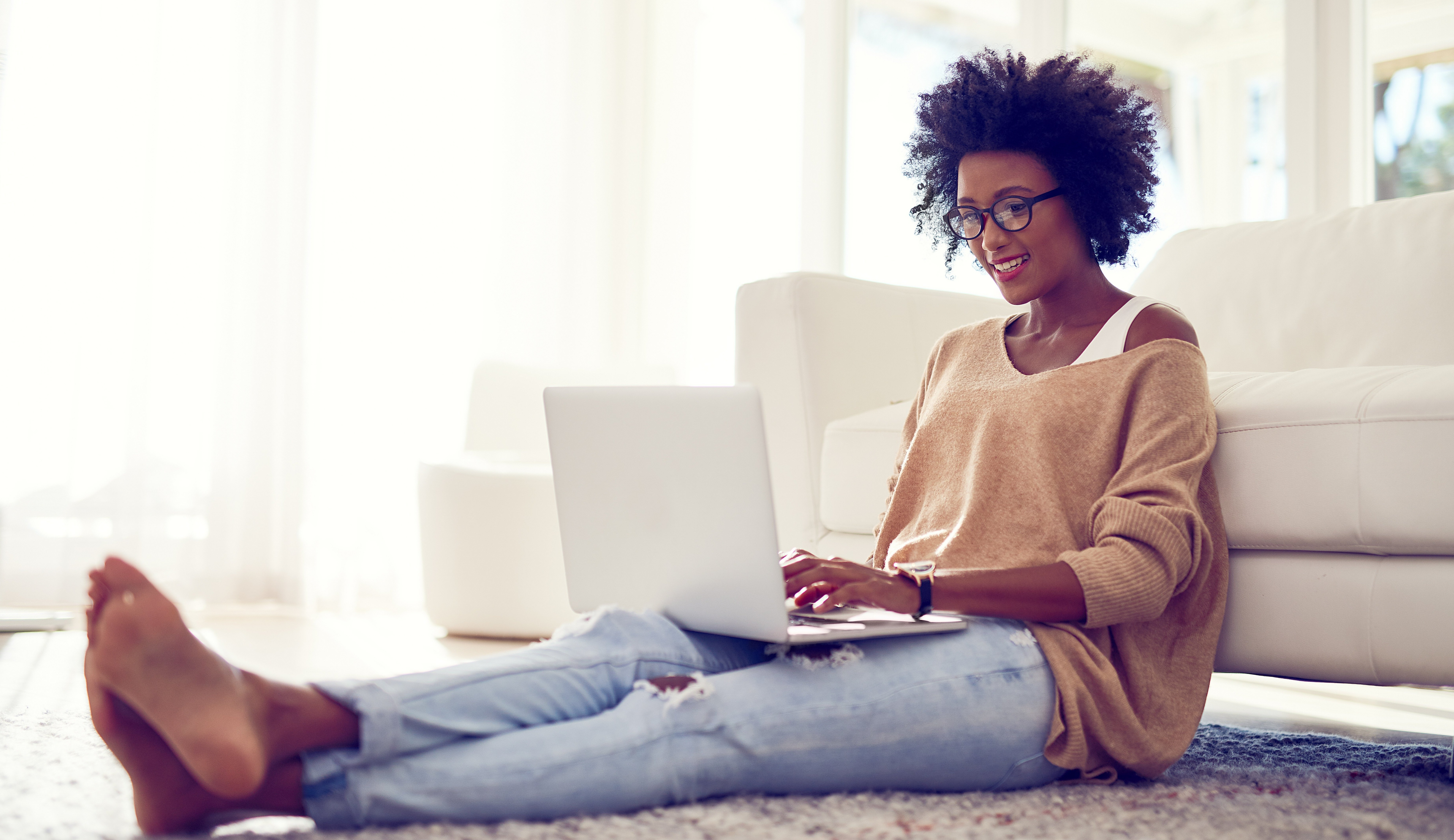 woman_sitting_on_the_floor_on_a_laptop